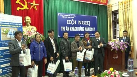 Lãnh đạo Điện lực Than Uyên đã tặng quà tri ân  các khách hàng tiêu biểu trên địa bàn huyện