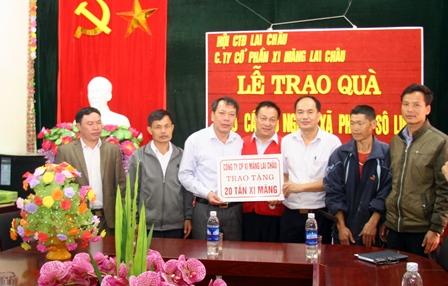 Đại diện lãnh đạo Công Cổ phần xi măng Lai Châu, Hội Chữ thập đỏ tỉnh, huyện Sìn Hồ trao xi măng cho bà con xã Phăng Xô Lin