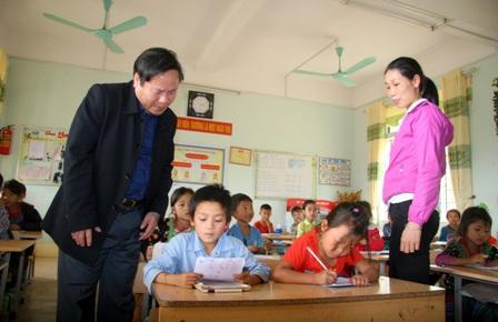 Đ/c Tống Thanh Hải - Ủy viên BTV Tỉnh ủy, Phó Chủ tịch Thường trực UBND kiểm tra tại Trường Tiểu học Tát Xôm xã Trung Đồng (huyện Tân Uyên)