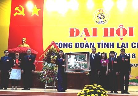 Đồng chí Vũ Văn Hoàn, Phó Bí thư Tỉnh ủy, Chủ tịch HĐND tỉnh tặng Đại hội bức ảnh Bác Hồ và lẵng hoa chúc mừng
