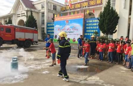 Các em tham gia huấn luyện phòng cháy, chữa cháy và cứu nạn, cứu hộ