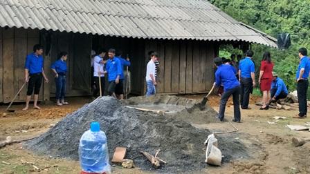 Đoàn viên thanh niên cùng làm nền nhà cho người dân bản Sáy San III, xã Nùng Nàng, huyện Tam Đường