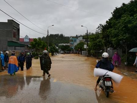 Đường quốc lộ 32 đoạn khu 10 thị trấn Than Uyên bị ngập do mưa lũ