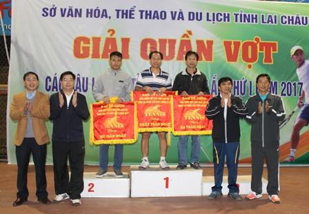 Ban Tổ chức trao giải cho các đội xuất sắc