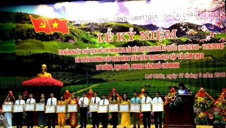 Thừa ủy quyền của Thủ tướng Chính phủ, đồng chí Đỗ Ngọc An, Phó Bí thư Tỉnh ủy - Chủ tịch UBND tỉnh tặng Bằng khen của Thủ tướng cho các tập thể, cá nhân