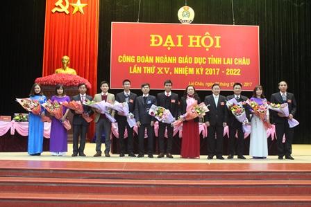Đại diện Lãnh đạo Liên đoàn Lao động tỉnh, Sở Giáo dục và Đào tạo tỉnh tặng hoa chúc mừng BCH khóa mới