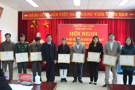 Đồng chí Chu Lê Chinh, UVBTV, Trưởng ban Dân vận Tỉnh ủy tặng giấy khen cho 9 tập thể xuất sắc trong công tác dân vận năm 2017