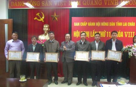 Đồng chí Mùa A Trừ, TUV, Chủ tịch Hội Nông dân tỉnh trao tặng Bàng khen cho các tập thể có thành tích xuất sắc