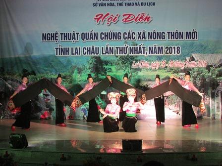 """Tiết mục múa """"Duyên dáng khăn piêu"""" do đoàn xã Mường Mô (huyện Nậm Nhùn) biểu diễn"""