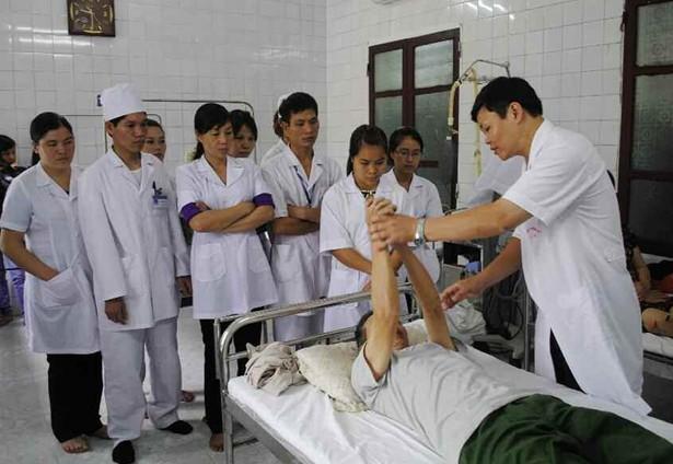 Quan tâm kết hợp điều trị bằng Đông - Tây y, đào tạo, bồi dưỡng đội ngũ cán bộ y, bác sĩ, hội viên về y học cổ truyền