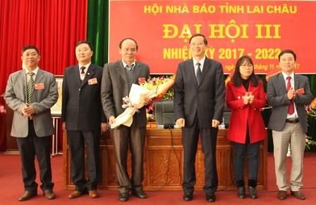 Đồng chí Vũ Văn Hoàn, Phó Bí thư Tỉnh ủy, Chủ tịch HĐND tỉnh tặng hoa chúc mừng BCH Hội Nhà báo tỉnh Lai Châu khóa mới