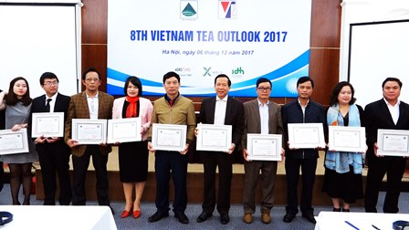 Đại diện Công ty Cổ phần Đầu tư Phát triển chè Tam Đường (thứ 3 từ phải sang) đón chứng nhận của Hiệp hội chè Việt Nam