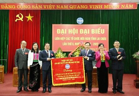 Lãnh đạo Liên hiệp các tổ chức hữu nghị Việt Nam  trao tặng Bức trướng chúc mừng Đại hội