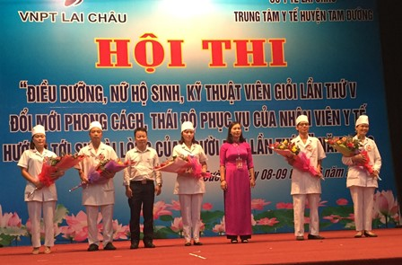 Lãnh đạo TTYT huyện và chi nhánh VNPT Tam Đường tặng hoa cho các đội thi