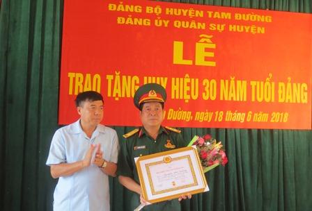 Đồng chí Hoàng Hoàng Thọ Trung, Bí thư Huyện ủy, trao Huy hiệu 30 năm tuổi Đảng cho đồng chí Nguyễn Thế Dương