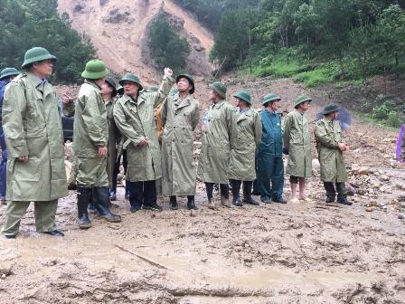 Phó Thủ tướng Chính phủ cùng đoàn công tác đã thị sát khu nuôi cá nước lạnh  tại bản Chu Va 12, xã Sơn Bình, huyện Tam Đường