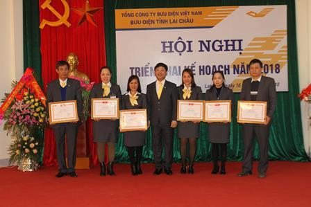 Lãnh đạo Bưu điện Việt Nam tặng Giấy khen cho các đơn vị xuất sắc