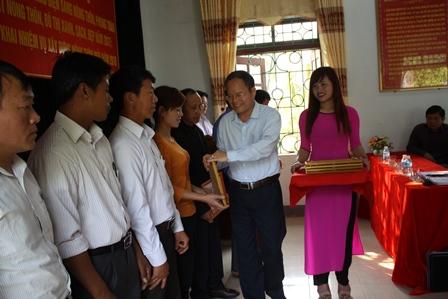 Lãnh đạo huyện trao giấy khen cho các cá nhân có thành tích trong thực hiện phong trào điện sáng công cộng