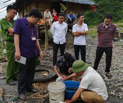 Lãnh đạo huyện Than Uyên kiểm tra cá giống trước khi thả