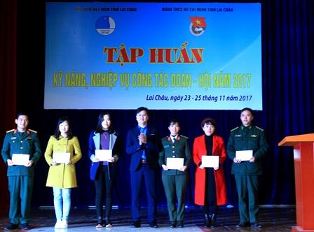 Lãnh đạo Tỉnh Đoàn tặng Giấy khen cho các học viên xuất sắc