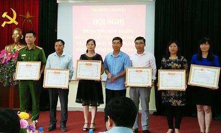 Đ/c Phạm Văn Khiển - Thành ủy viên, Phó Chủ tịch HĐND Thành phố trao Giấy khen cho các tập thể