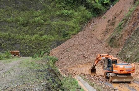 Thiết bị của máy móc Công ty Cổ phần Xây dựng và Quản lý đường bộ I Lai Châu nỗ lực thông tuyến hoàn toàn QL 4H