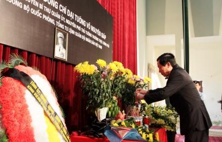 Đồng chí Lò Văn Giàng - Ủy viên Trung ương Đảng, Bí thư Tỉnh ủy thắp hương kính viếng Đại tướng Võ Nguyên Giáp