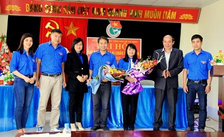 Các đồng chí lãnh đạo Báo Lai Châu, Đoàn Khối các cơ quan tỉnh tặng hoa chúc mừng các đồng chí BCH khóa mới