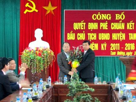 Đồng chí Hoàng Thọ Trung - Bí thư huyện ủy Tam Đường tặng hoa chúc mừng đồng chí Từ Hữu Hà