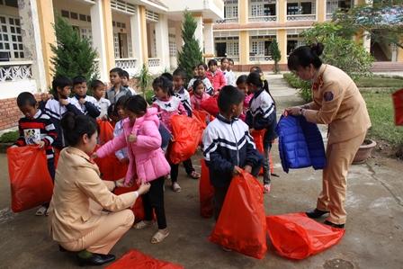 Tặng quà cho học sinh Trường phổ thông dân tộc bán trú tiểu học số 1 và số 2