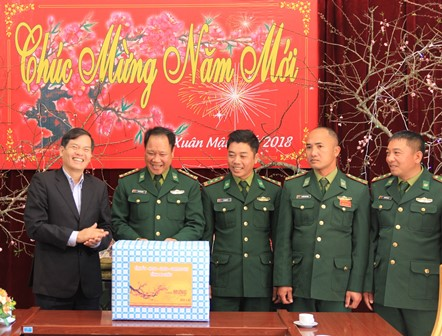 Đồng chí Đỗ Ngọc An, Phó Bí thư Tỉnh ủy, Chủ tịch UBND tỉnh  chúc Tết cán bộ, chiến sỹ Đồn biên phòng Vàng Ma Chải