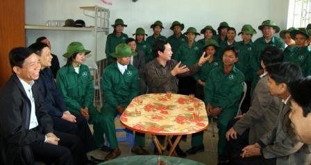 Đồng chí Lò Văn Giàng, UVBCH Trung ương Đảng, Bí thư Tỉnh ủy cùng các đồng chí lãnh đạo tỉnh nói chuyện với cán bộ, công nhân Công ty Cổ phần cao su Dầu Tiếng Lai Châu (ảnh: Tùng Phương)