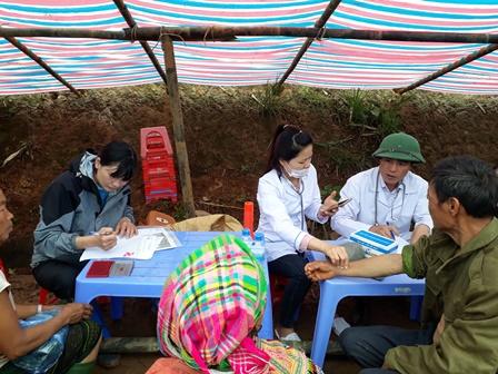 Các Bác sỹ tình nguyện khám bệnh cho bà con