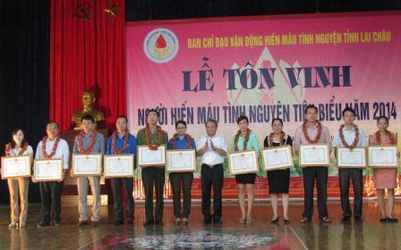 Đồng chí Nguyễn Chương, TUV, Phó Chủ tịch UBND tỉnh trao Bằng khen cho các tập thể có thành tích xuất sắc trong phong trào hiến máu tình nguyện tỉnh Lai Châu năm 2014