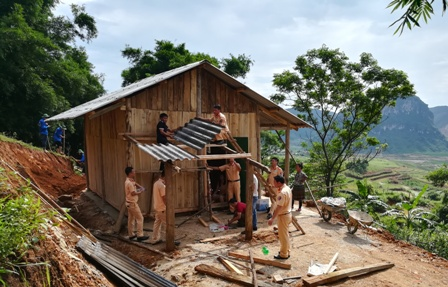 Cán bộ, chiến sỹ Phòng CSGT công an tỉnh Lai Châu dựng bếp cho gia đình chị Hờ Thị Vá