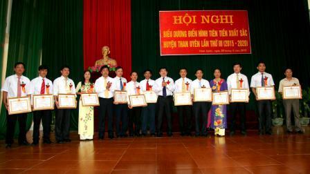 Các đồng chí lãnh đạo huyện tặng Giấy khen cho các tập thể