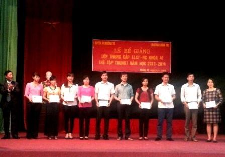 Đồng chí Đinh Quốc Hùng - Hiệu trưởng Trường Chính trị tỉnh trao bằng tốt nghiệp cho các học viên