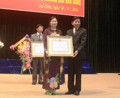 Cô giáo Tẩn Mí Khé - Phó Giám đốc Sở GD - ĐT đón nhận  danh hiệu cao quý: Nhà giáo Ưu tú