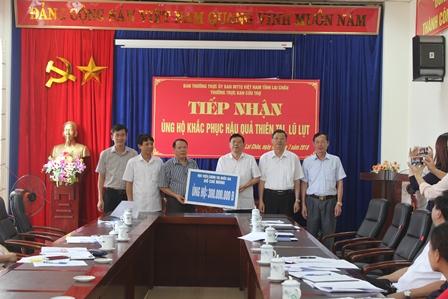 Đại diện Học viên Chính trị Quốc gia Hồ Chí Minh ủng hộ 300 triệu đồng thông qua MTTQ tỉnh