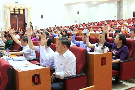 Đại biểu HĐND tỉnh biểu quyết thông qua các Nghị quyết kỳ họp