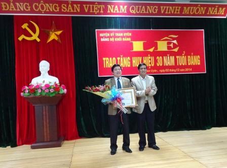 Đ/c Nguyễn Ngọc Dũng, TUV, Bí thư HU Than Uyên đón nhận Huy hiệu 30 năm tuổi Đảng