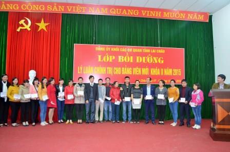 Các học viên nhận chứng chỉ bồi dưỡng lý luận chính trị cho đảng viên mới