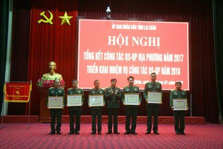 Thừa Ủy quyền Bộ Tư lệnh Quân khu 2, Đại tá Nguyễn Ngọc Lương - Phó Chỉ huy trưởng - Tham mưu trưởng Bộ Chỉ huy Quân sự tỉnh tặng danh hiệu đơn vị quyết thắng cho các tập thể có thành tích xuất sắc trong thực hiện phong trào thi đua quyết thắng và nhiệm vụ quân sự - quốc phòng địa phương năm 2017