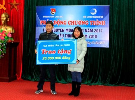 Các đơn vị tài trợ trao tặng kinh phí cho hoạt động tình nguyện mùa Đông