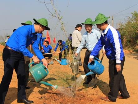 Các đồng chí lãnh đạo đại Tỉnh đoàn, huyện Phong Thổ trồng cây hưởng ứng Tết trồng cây đời đời nhớ ơn Bác Hồ xuân Mậu Tuất
