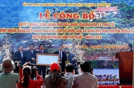 Đồng chí Tống Thanh Hải, UVBTV Tỉnh ủy, Phó Chủ tịch UBND tỉnh trao Quyết định của Thủ tướng Chính phủ cho lãnh đạo huyện Nậm Nhùn