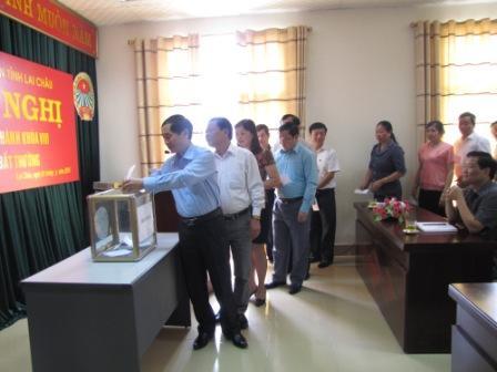 Các đại biểu bỏ phiếu bầu chức danh Chủ tịch Hội Nông dân tỉnh