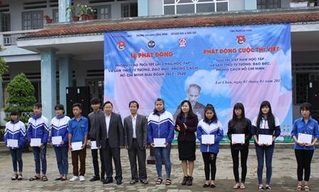 Lãnh đạo Tỉnh Đoàn, Sở GD-ĐT, Trường Cao đẳng Cộng đồng trao quà cho các em học sinh nghèo vượt khó của Trường PTDTNT tỉnh