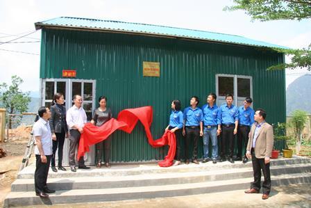 Đại diện Ban Chấp hành Đoàn Khối các cơ quan tỉnh trao nhà bán trú dân nuôi cho Trường PTDT Bán trú Tiểu học số 2 xã Ta Gia, huyện Than Uyên