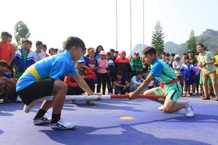 Vận động viên thi đấu môn đẩy gậy